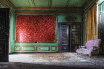 Livingroom red wall/blue door